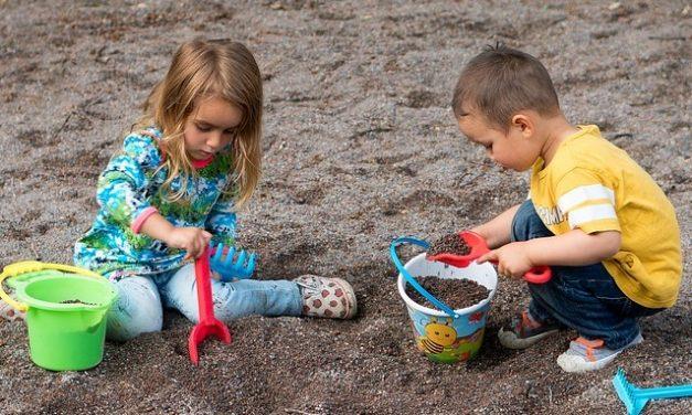 Három gyerek, egy ásó
